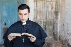 Etniczny młody księdza czytanie zdjęcie royalty free