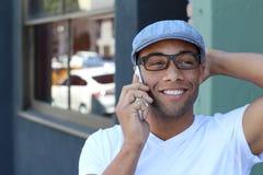 Etniczny Młody biznesmen Na zewnątrz biura Na telefonie komórkowym Zdjęcia Royalty Free