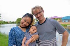 Etniczny młody rodzinny spajać wpólnie przy parkiem zdjęcie stock