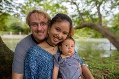 Etniczny młody rodzinny spajać wpólnie przy parkiem fotografia royalty free