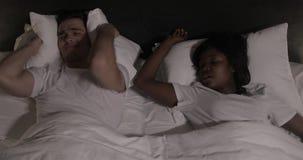 Etniczny pary lying on the beach w łóżku wpólnie Mężczyzna cierpi od jego partnera chrapa w łóżku Par ludzie i styl życia zdjęcie wideo