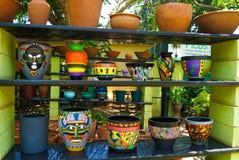 Etnisch aardewerk in markt stock afbeelding