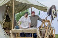 Etnisch Festival van Oude Cultuur het leven van een middeleeuws dorp Meesters van boeren en strijders stock afbeelding