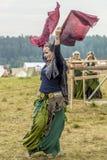 Etnisch Festival van Oude Cultuur Volksdansen in het Russische Dorp stock afbeeldingen