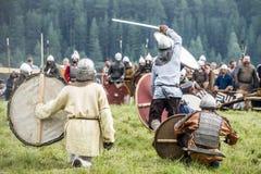 Etnisch Festival van Oude Cultuur Wederopbouw van middeleeuwse strijders van ridders in slag stock foto