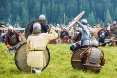 Etnisch Festival van Oude Cultuur Wederopbouw van middeleeuwse strijders van ridders in slag stock foto's