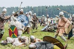 Etnisch Festival van Oude Cultuur Wederopbouw van middeleeuwse strijders van ridders in slag royalty-vrije stock afbeeldingen