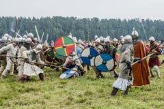 Etnisch Festival van Oude Cultuur Wederopbouw van middeleeuwse strijders van ridders in slag stock fotografie