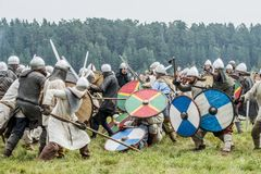 Etnisch Festival van Oude Cultuur Wederopbouw van middeleeuwse strijders van ridders in slag stock afbeelding