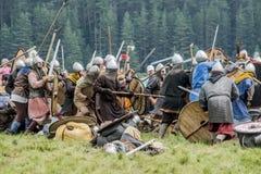 Etnisch Festival van Oude Cultuur Wederopbouw van middeleeuwse strijders van ridders in slag royalty-vrije stock afbeelding