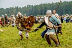Etnisch Festival van Oude Cultuur Wederopbouw van middeleeuwse strijders van ridders in slag royalty-vrije stock foto