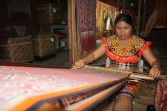 Etnisch mannetje die armbanden iban maken Stock Foto's