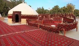 Etnisch nomadisch die yurt-gebouw en schraag-bed, voor de viering van kurban-Bairam wordt gebouwd royalty-vrije stock fotografie
