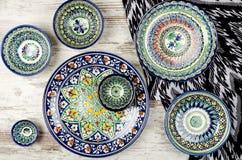 Etnisch Oezbekistaans ceramisch vaatwerk stock foto's