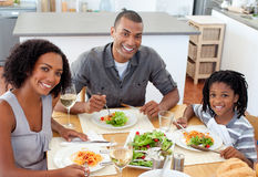 Etnisch paar dat met hun zoon dineert stock afbeelding