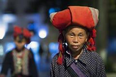 Etnisch Rood Dao Woman in Bac Ha Rode Dao-etnische minderheidgroep van Sapa, Lao Cai, Vietn stock fotografie