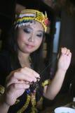 etnisch wijfje die parelarmband maken Stock Foto's