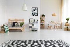 Etnische en eenvoudige woonkamer stock afbeeldingen