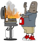 Etnische mens die een grillbrand doven Stock Afbeelding