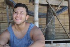Etnische mens die een mouwloos onderhemd in de zomer dragen royalty-vrije stock afbeeldingen