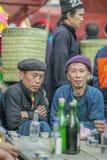 Etnische minderheid twee mensen die aan elkaar, bij oude Dong Van-markt spreken stock fotografie