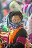 Etnische minderheid twee vrouwen die aan elkaar, bij oude Dong Van-markt spreken stock afbeelding