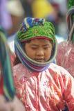 Etnische minderheidkinderen die, bij oude Dong Van-markt glimlachen Stock Afbeeldingen