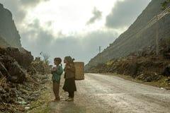 Etnische minderheidmeisje op weg Stock Foto