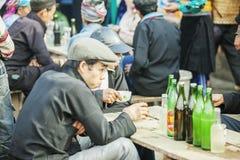 Etnische minderheidmens in restaurant, bij oude Dong Van-markt stock afbeelding