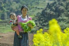 Etnische minderheidmoeder en zoon royalty-vrije stock foto