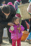 Etnische minderheidvader en meisje, bij oude Dong Van-markt stock foto
