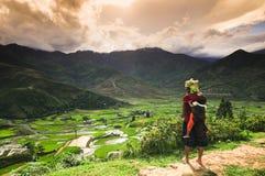 Etnische minderheidvrouw met haar zoon in Vietnam Stock Foto's