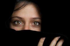 Etnische vrouw die haar gezicht verbergt. Royalty-vrije Stock Foto