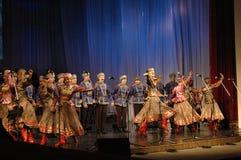 Etnisk dans med snögubben av olympiska spel 2014 Royaltyfria Bilder