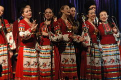 Etnisk dans med snögubben av olympiska spel 2014 Fotografering för Bildbyråer