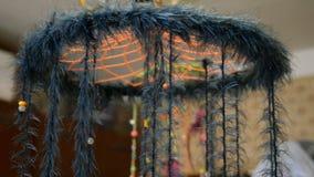 Etnisk garnering, chic dreamcatcher för boho med pärlor och fjädern roterar nära taket lager videofilmer