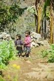 Etnisk minoritet två systrar, på den gamla Dong Van marknaden Arkivfoto