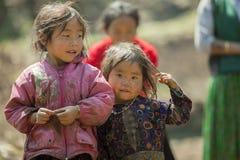 Etnisk minoritet två systrar, på den gamla Dong Van marknaden Arkivbild