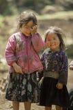 Etnisk minoritet två systrar, på den gamla Dong Van marknaden Arkivfoton