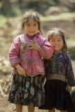 Etnisk minoritet två systrar, på den gamla Dong Van marknaden Arkivbilder