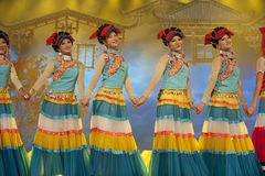 etnisk nationality yi för kinesisk dans royaltyfri fotografi