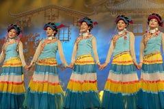 etnisk nationality yi för kinesisk dansare royaltyfri fotografi