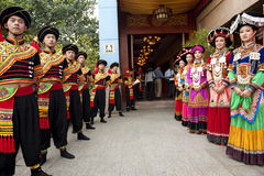 etnisk nationality yi för kinesiska dansare arkivbild