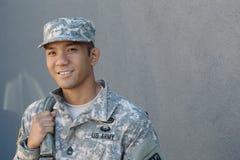 Etnisk soldat som har en lycklig veterandag royaltyfri fotografi