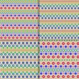 Etnisk stam- modell för sömlös vektor med kedjor av mångfärgade prickar och cirklar på ljus beige bakgrund Arkivbild