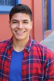 Etnisk ung grabb som ler headshoten arkivfoton