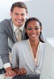 etniska mång- deltagare för affär som fungerar tillsammans arkivfoton