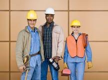 etniska mång- posera arbetare för konstruktion Arkivbild