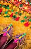 Etniska Rajasthan skor och bälte Arkivbilder