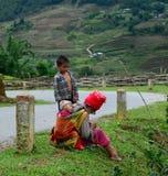 Etniskt folk på vägen i nordliga Vietnam Arkivbilder